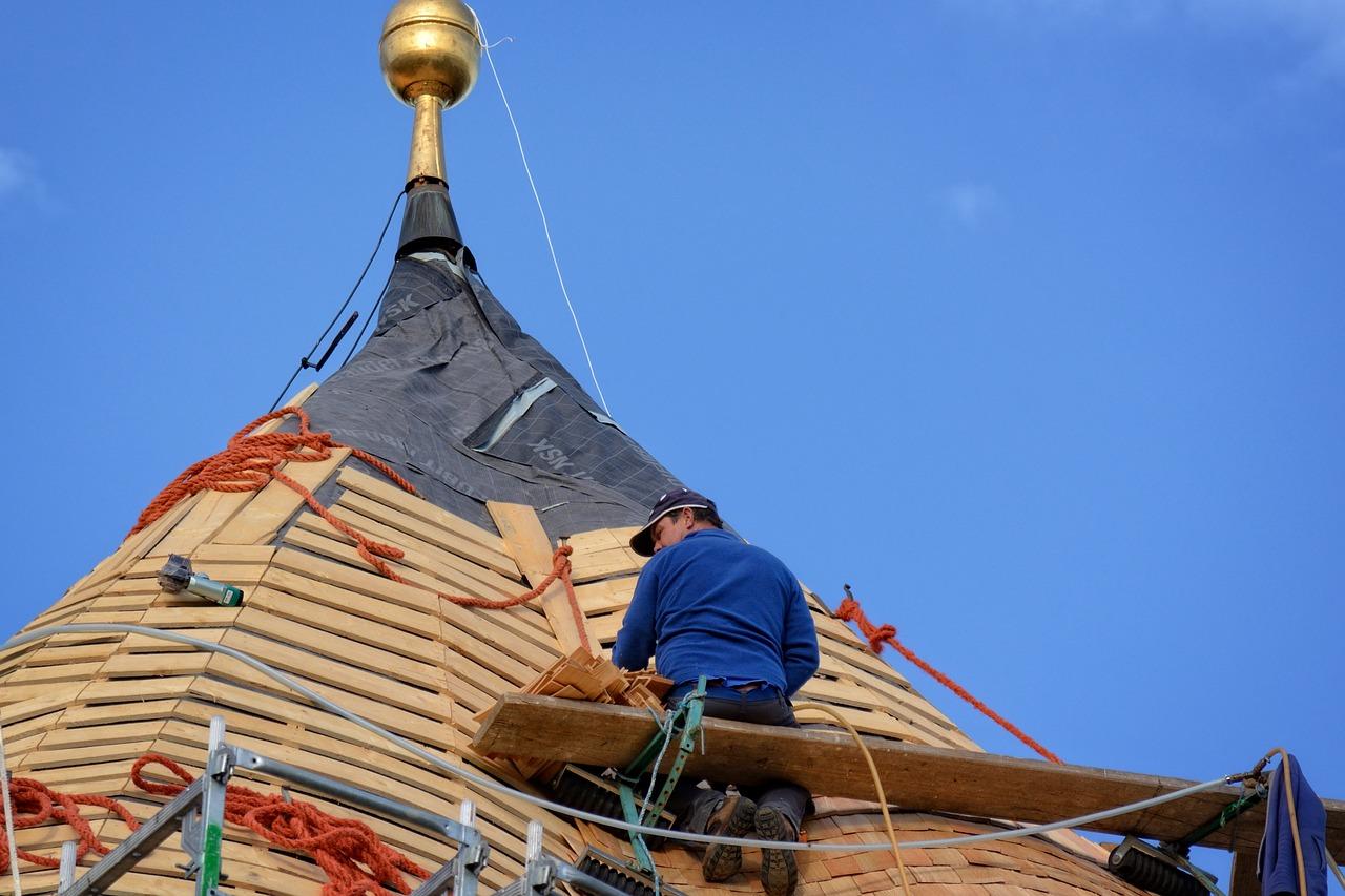 Quels travaux de toiture peut-on réaliser soi-même?
